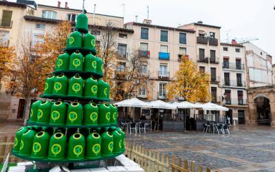 Un árbol de iglús verdes para fomentar el reciclaje del vidrio